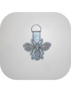 Motif de broderie machine porte clé abeille en mylar  ITH