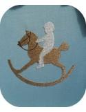 Motif de broderie garçon au cheval à bascule