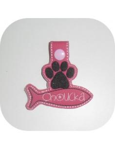 Motif de broderie machine porte clé patte de  chat  avec  poisson personnalisable  ITH